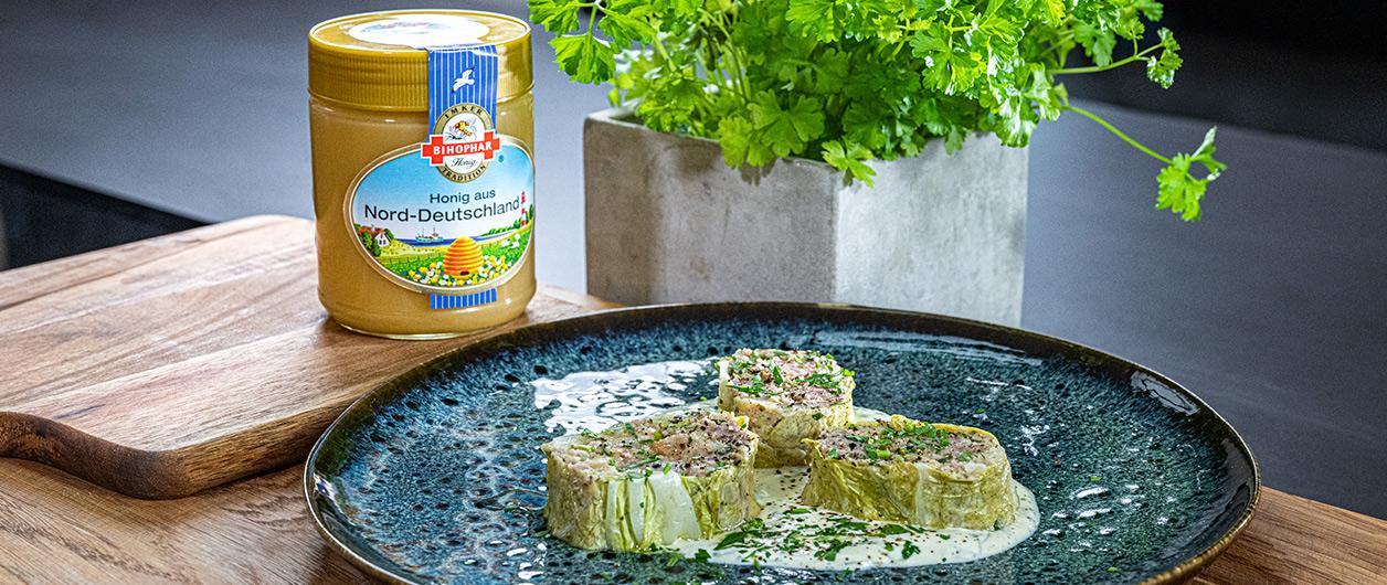 Kohlrouladen-Röllchen auf Honig-Senf-Creme mit BIHOPHAR Honig aus Nord-Deutschland